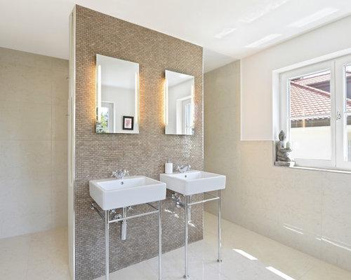 salle de bain avec un plan vasque et un sol en travertin
