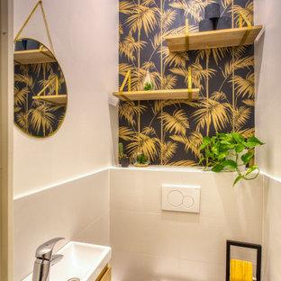 Источник вдохновения для домашнего уюта: маленький туалет в стиле современная классика с коричневыми фасадами, подвесной тумбой, инсталляцией, бежевой плиткой, черными стенами, полом из керамической плитки, подвесной раковиной, серым полом и обоями на стенах