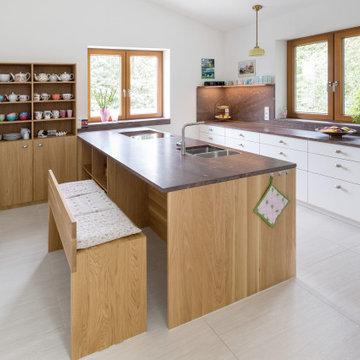 Hochwertige Kochinsel mit  Sitzbank und viel Stauraum.