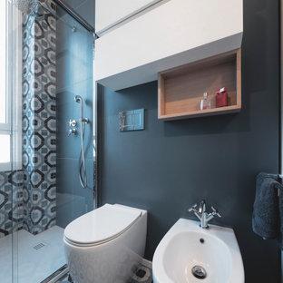 Идея дизайна: маленькая, узкая и длинная ванная комната в современном стиле с плоскими фасадами, белыми фасадами, душем в нише, раздельным унитазом, разноцветной плиткой, керамогранитной плиткой, разноцветными стенами, полом из керамогранита, душевой кабиной, накладной раковиной, столешницей из искусственного камня, бирюзовым полом, душем с раздвижными дверями, белой столешницей, тумбой под одну раковину и подвесной тумбой