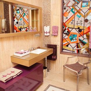 Modelo de aseo ecléctico, de tamaño medio, con lavabo suspendido, armarios con paneles lisos, puertas de armario de madera oscura, encimera de madera, baldosas y/o azulejos multicolor, baldosas y/o azulejos de cerámica, paredes beige y encimeras marrones