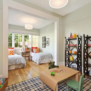 Idee per una cameretta per bambini da 4 a 10 anni eclettica con pareti grigie e parquet chiaro