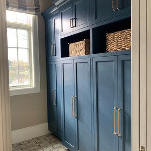 グランドラピッズのシャビーシック調のおしゃれな廊下 (ベージュの壁、セラミックタイルの床、白い床、白い天井) の写真