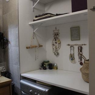 Неиссякаемый источник вдохновения для домашнего уюта: главная ванная комната среднего размера в стиле лофт с плоскими фасадами, бежевыми фасадами, накладной ванной, душем над ванной, серой плиткой, керамической плиткой, серыми стенами, полом из керамической плитки, накладной раковиной, столешницей из дерева, серым полом, открытым душем и бежевой столешницей
