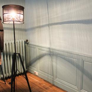 ボルドーの巨大なトラディショナルスタイルのおしゃれな主寝室 (青い壁、羽目板の壁) のインテリア