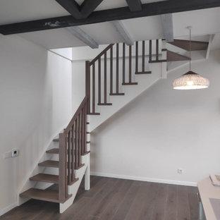 """Ispirazione per una piccola scala a """"L"""" con pedata in legno, parapetto in legno e pareti in mattoni"""