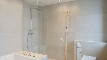 Modernes Bad mit mediterranem Naturstein