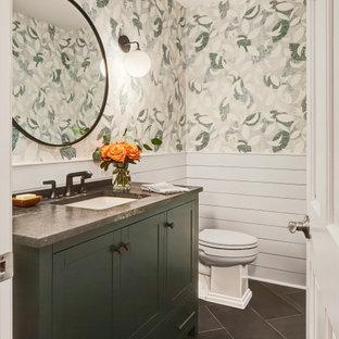Источник вдохновения для домашнего уюта: маленький туалет в стиле неоклассика (современная классика) с фасадами в стиле шейкер, зелеными фасадами, унитазом-моноблоком, разноцветными стенами, полом из керамогранита, врезной раковиной, мраморной столешницей, черным полом, черной столешницей, встроенной тумбой и стенами из вагонки