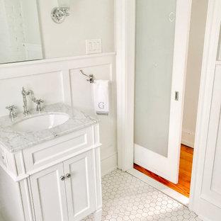 Idéer för mellanstora vintage grått badrum för barn, med luckor med infälld panel, vita skåp, ett badkar med tassar, en toalettstol med separat cisternkåpa, vita väggar, marmorgolv, ett undermonterad handfat, marmorbänkskiva och vitt golv