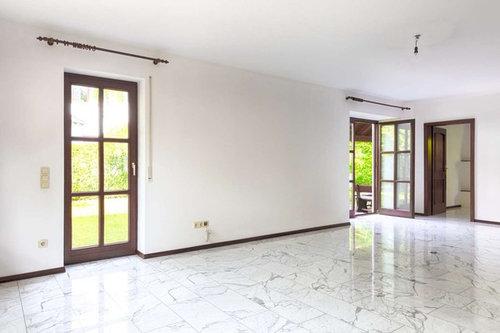 Wohnzimmer mit Carrara-Marmor: Rausreißen und Parkett legen?