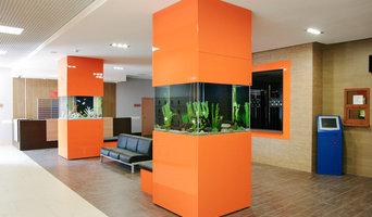 Два аквариума вокруг бетонных колонн в холле
