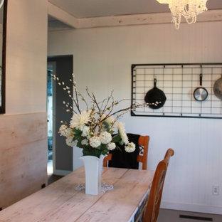Idee per una piccola cucina lineare country chiusa con lavello a doppia vasca, ante con bugna sagomata, ante marroni, top piastrellato e pavimento in legno verniciato