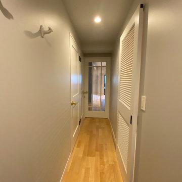 グレーと白でまとめた廊下