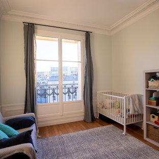 Idéer för stora vintage barnrum kombinerat med sovrum, med blå väggar, ljust trägolv och beiget golv