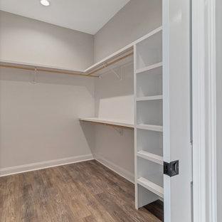 Idee per una cabina armadio unisex country di medie dimensioni con pavimento in vinile e pavimento marrone