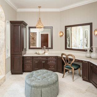 Inspiration för stora klassiska beige en-suite badrum, med luckor med upphöjd panel, skåp i mörkt trä, ett undermonterat badkar, en kantlös dusch, en bidé, beige kakel, stenhäll, beige väggar, marmorgolv, ett fristående handfat, marmorbänkskiva, beiget golv och dusch med gångjärnsdörr