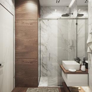 Свежая идея для дизайна: маленькая главная ванная комната в стиле модернизм с стеклянными фасадами, угловым душем, инсталляцией, мраморной плиткой, серыми стенами, деревянным полом, душем с раздвижными дверями, тумбой под одну раковину, кессонным потолком и панелями на части стены - отличное фото интерьера