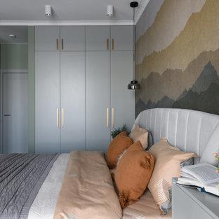 Mittelgroßes Modernes Hauptschlafzimmer mit grauer Wandfarbe, Korkboden und braunem Boden in Novosibirsk