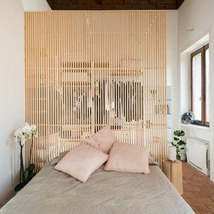 Источник вдохновения для домашнего уюта: маленькая хозяйская спальня в современном стиле с белыми стенами, кирпичным полом, красным полом и балками на потолке