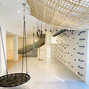 Esempio di una cameretta per bambini da 4 a 10 anni country di medie dimensioni con pareti bianche, parquet chiaro, pavimento grigio, soffitto in legno e pannellatura