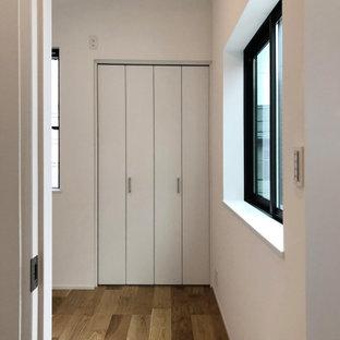 Retro Schlafzimmer ohne Kamin mit weißer Wandfarbe, Sperrholzboden, Tapetendecke und Tapetenwänden in Tokio