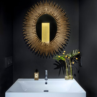 Idéer för små funkis badrum, med svarta väggar och mellanmörkt trägolv