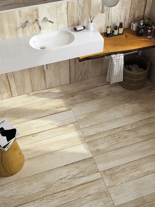 Stanza da bagno con piastrelle bianche e piastrelle in for Piastrelle bianche marmo