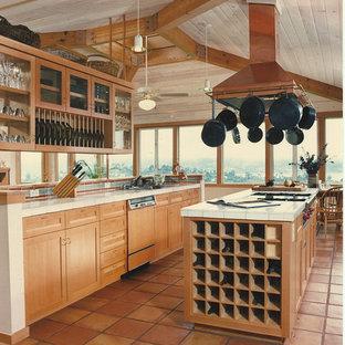 Inspiration för ett stort vintage kök, med klinkergolv i terrakotta, skåp i shakerstil, skåp i mellenmörkt trä, kaklad bänkskiva, flerfärgad stänkskydd, en köksö, stänkskydd i keramik och färgglada vitvaror