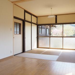 他の地域の中くらいのモダンスタイルのおしゃれな主寝室 (白い壁、畳、茶色い床、クロスの天井、壁紙、和モダンな壁紙、白い天井) のインテリア