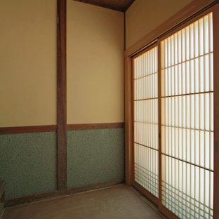 На фото: прихожая среднего размера в классическом стиле с белыми стенами, татами, раздвижной входной дверью, входной дверью из дерева среднего тона, бежевым полом и деревянным потолком с