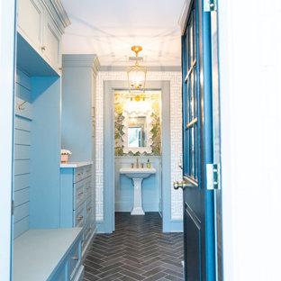 ニューヨークの中くらいの片開きドアトランジショナルスタイルのおしゃれなマッドルーム (青い壁、セラミックタイルの床、青いドア、グレーの床、壁紙) の写真