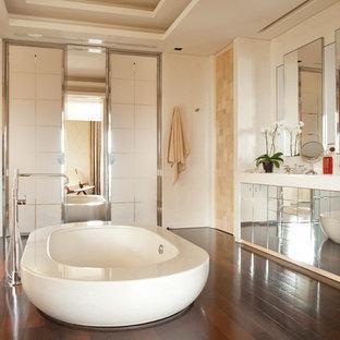 Salle de bain avec un bain japonais et un sol en bois foncé : Photos ...