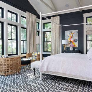 Diseño de dormitorio principal, abovedado, machihembrado y machihembrado, campestre, machihembrado, sin chimenea, con paredes negras, suelo de madera en tonos medios, suelo marrón y machihembrado