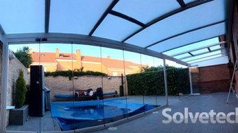 Combinación de instalación de techo móvil y fijo en un porche de Madrid