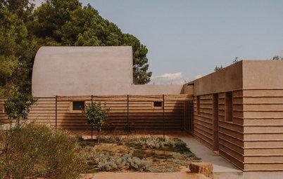 Tradición y diálogo con el entorno en una vivienda en el Ampurdán