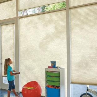 Inredning av ett modernt stort könsneutralt barnrum kombinerat med lekrum och för 4-10-åringar, med skiffergolv och svart golv