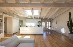 Soffitti In Legno Bianchi : Cucina moderna con mattoni bianchi piastrelle e soffitti in legno