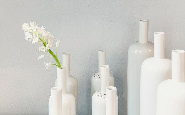 Modern Vasen by feinesweißes-Porzellanmanufaktur Berlin