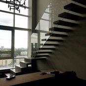 Лестница консольная на самонесущем стекле
