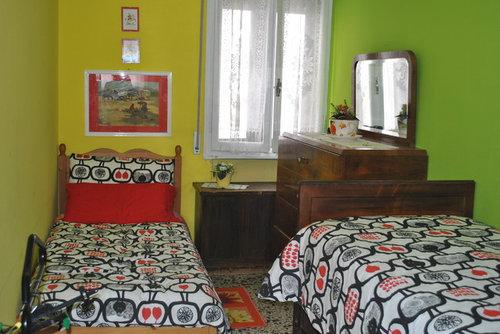 Come Arredare Una Camera Da Letto Stretta : Come ristrutturare una stanza da letto stretta e lunga