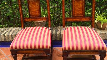 Sillas de madera clásicas tapizadas en tejido damasco de rayas