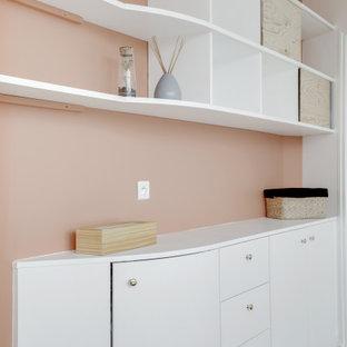 Imagen de dormitorio escandinavo, pequeño, con paredes rosas, suelo de madera clara y suelo beige