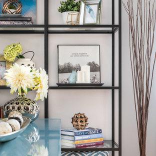 Esempio di una piccola sala da pranzo contemporanea chiusa con pareti grigie, parquet chiaro, camino classico, cornice del camino in pietra e pavimento giallo