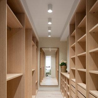 Inspiration för stora klassiska omklädningsrum för könsneutrala, med öppna hyllor, skåp i ljust trä, ljust trägolv och beiget golv