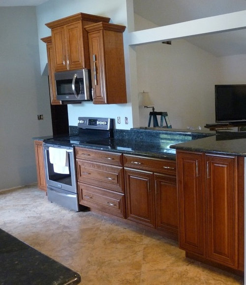 What Wall Color Goes With Medium Cherry Cabinets And Toffee Leather Furniture Mixed Golden Colored Tile