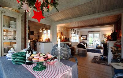 Nostalgisk jul i sommerhuset – med naturpynt og juletræ i loftet