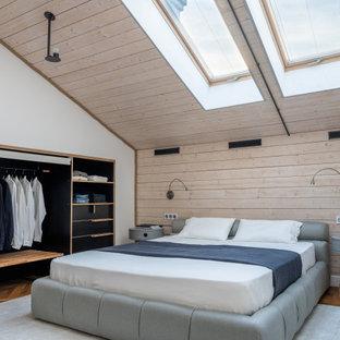 На фото: хозяйская спальня с белыми стенами, паркетным полом среднего тона, коричневым полом и потолком из вагонки