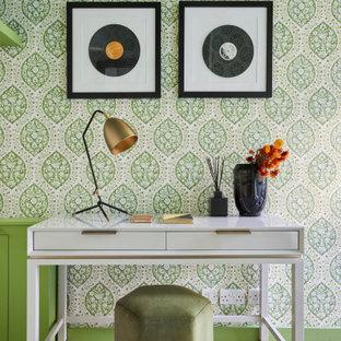ロンドンの中くらいのエクレクティックスタイルのおしゃれなホームオフィス・書斎 (緑の壁、無垢フローリング、クロスの天井、壁紙) の写真