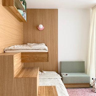 Kleines Modernes Mädchenzimmer mit Spielecke, weißer Wandfarbe, Betonboden, grauem Boden und Holzwänden in Berlin
