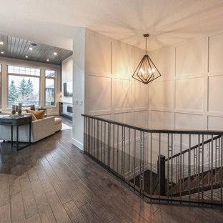 Inspiration för stora moderna l-trappor, med heltäckningsmatta, sättsteg med heltäckningsmatta och räcke i flera material